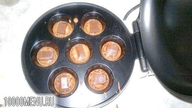 Фото - Двоколірні кекси з шоколадною начинкою - фото 3 кроки