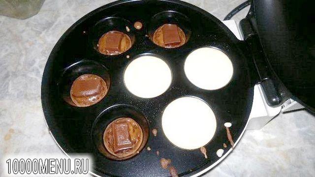 Фото - Двоколірні кекси з шоколадною начинкою - фото 4 кроки