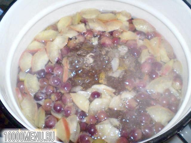 Фото - Компот з яблук груш та винограду - фото 3 кроки