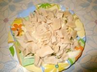 Як приготувати легкий салат з консервованим кальмаром - рецепт