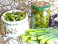 Як приготувати мариновані стрілки часнику з базиліком - рецепт