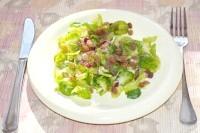 Як приготувати ніжний салат з брюссельською капустою та родзинками - рецепт