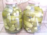 Як приготувати огірки консервовані з часником - рецепт