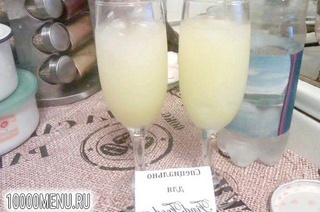 Фото - Освіжаючий коктейль з лимонним лікером - фото 2 кроки