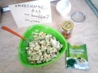 Як приготувати овочевий салат з ковбасним сиром - рецепт