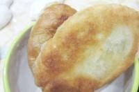 Як приготувати пиріжки з дріжджового тіста з сиром і зеленню - рецепт
