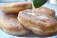 Як приготувати пиріжки смажені з картоплею та ковбасою - рецепт