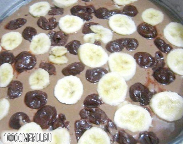 Фото - Шоколадний пиріг з бананом і вишнею - фото 4 кроки