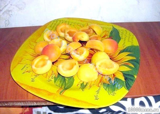 Фото - Додамо в самому кінці варіння абрикоси або сливи, які швидко розварюються, і доведемо компот ще раз до кипіння.