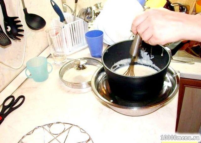 Фото - Крем тоді буде готовий, коли на лопатці з ним після проведення пальцем залишений слід не заповнюється снова.Сюда ж вливаємо желатин, розмішуємо.
