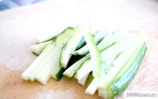 Фото - Тепер готуємо начинку. Нарізаємо огірки. Беремо сковороду, наливаємо в неї 1 чайну ложку масла. І на розігрітій олії злегка обсмажуємо креветки або крабове м'ясо. Потім додаємо соуси, спеції і продовжуємо тушкувати інгредієнти до випаровування рідини.