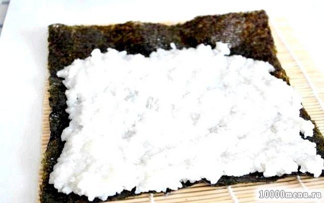 Фото - Щоб сформувати роли беру норі (пластинку з водоростей), викладаю на 4/5 поверхні пластини рис.