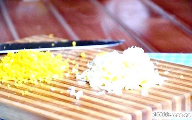 Фото - Яйця можна також нарізати, як і всі інші інгредієнти або, якщо будете салат робити шарами, раджу розділити на білок і жовток і натерти на дрібній тертці.