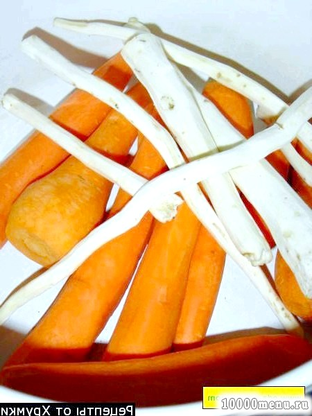 Фото - Банки стерилізуємо, помідори моєму, даємо трохи полежати, щоб обсохлі.Морковь натираємо на тертці великої. Своїм та чистимо від насіння перець, нарізаємо крупно.