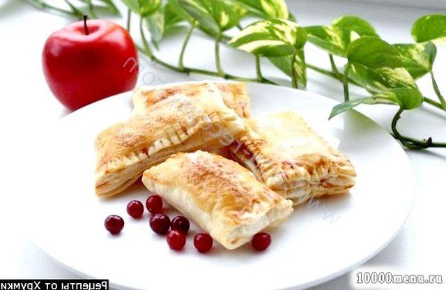 Фото - Пиріжки з брусницею і яблуками в духовці