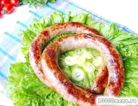 Сосиски і ковбаси на столі